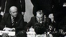 Брежнев подписывает Заключительный акт ОБСЕ в Хельсинки. 1975 год