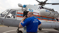 Сотрудник МЧС у вертолета МИ-8. Архивное фото