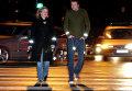 Пешеходы со светоотражающими стикерами на одежде