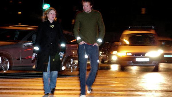 Пешеходы со светоотражающими стикерами на одежде. Архивное фото