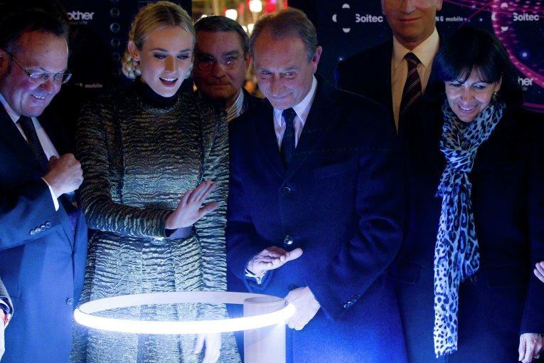 Актриса Диана Крюгер и мэр Парижа Бертран Деланоэ включили рождественские огни на Елисейских полях