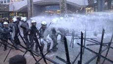 Фермеры облили молоком полицейских и здание Европарламента в Брюсселе