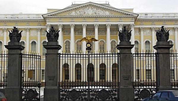 Центральные ворота Русского музея в Санкт-Петербурге