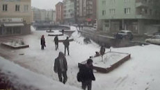 Камеры видеонаблюдения зафиксировали, как тротуар ушел под землю