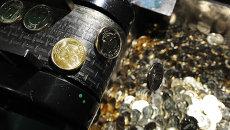 Рубль по итогам торгов в пятницу немного уступил валютной корзине