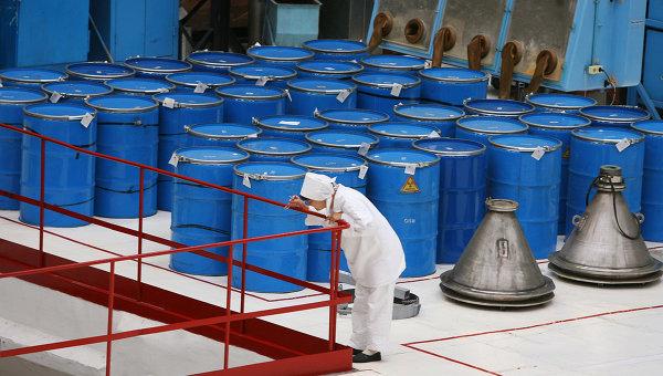 Бочки с сырьем для производства таблеток диоксида урана. Архивное фото