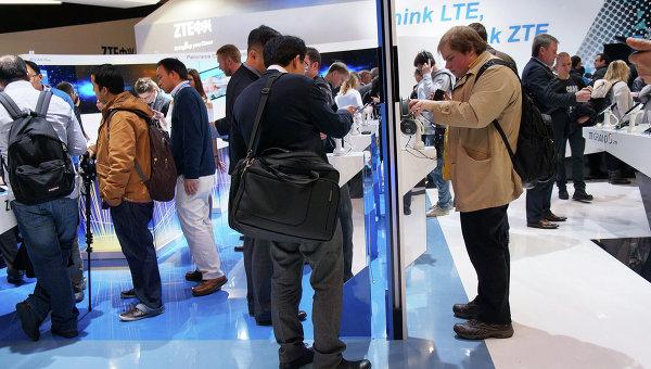 Стенды китайских компаний Huawei и ZTE на выставке Mobile World Congress в Барселоне. Архивное фото