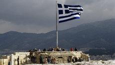 Греческий флаг на смотровой площадке Акрополя. Архивное фото