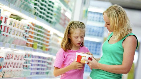 Выбор продуктов в магазине. Архивное фото