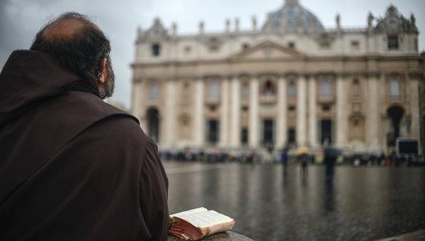 Монах молится на площади у Апостольского дворца в Ватикане. Архивное фото