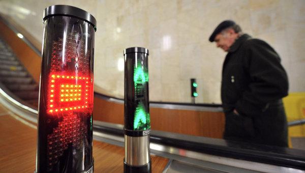 Светофоры на эскалаторах станции метро Тульская. Архивное фото