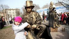 Жительница Одессы на фестивале живых скульптур