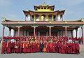 Президент России Владимир Путин (в центре) с буддийскими монахами