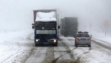 Последствия снежного циклона. Архивное фото