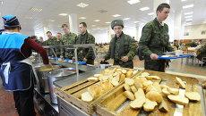 Солдаты в столовой. Архивное фото