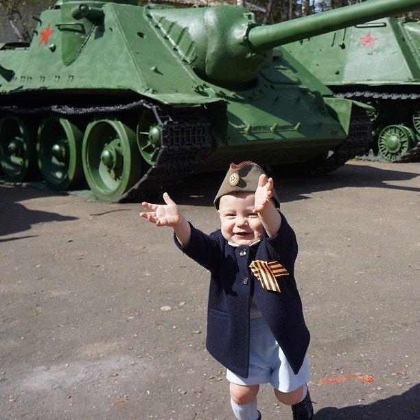 Ребенок на праздновании Для Победы 9 мая, Московская область, поселок Власиха