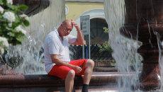 Мужчина у фонтана на Театральной площади в Москве