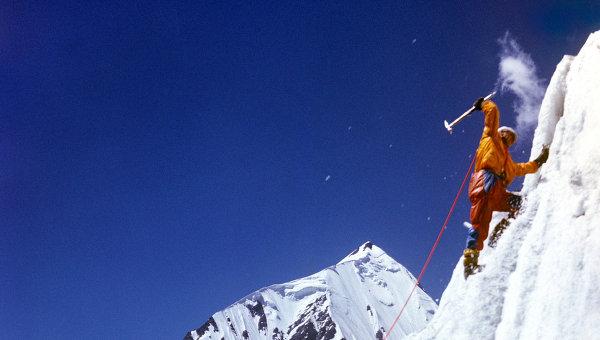 Восхождение альпиниста. Архивное фото