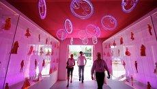 Посетители выставки Барби - домик мечты в Берлине