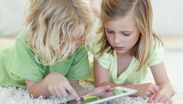 Дети с планшетным компьютером