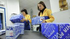 Сортировка посылок в отделении почтовой связи №7 Почты России в городе Челябинске. Архивное фото