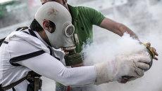 Протестующие во время столкновения с сотрудниками полиции  в Стамбуле