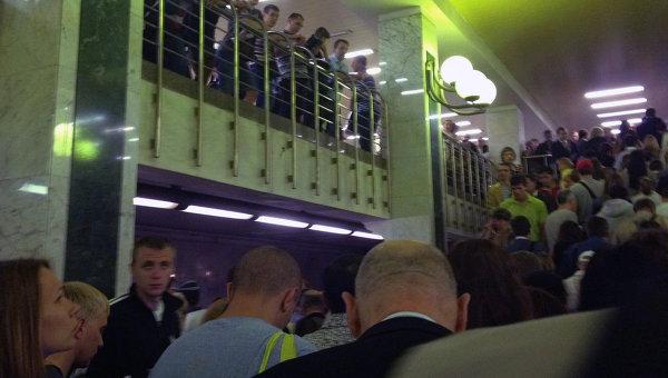Пассажиры на станции метро Бульвар Дмитрия Донского