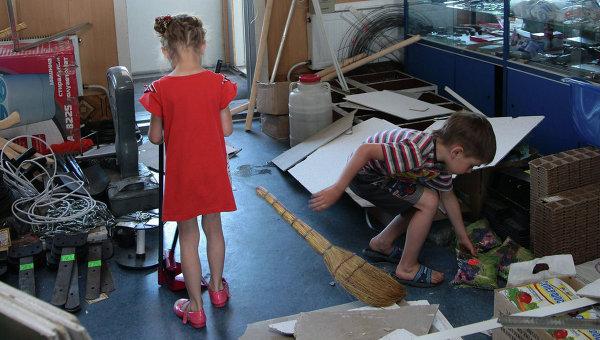 Дети в поврежденном в результате землетрясения магазине поселка Бачатский Кемеровской области