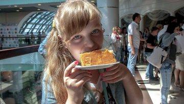 Кондитеры Новосибирска изготовили самое большое пирожное в России