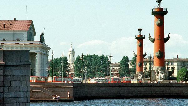 На стрелке Васильевского острова в Санкт-Петербурге. Архивное фото