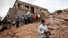 Спасатели работают на месте обрушения здания в городе Секундерабад, Индия