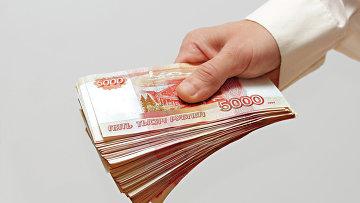 Мужчина протягивает деньги. Архивное фото.