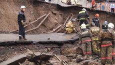 Видеорегистратор снял момент обрушения стены на трассу в Красноярске