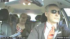 Премьер-министр Норвегии вел такси в темных очках и униформе с бейджем