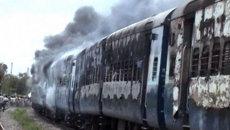Люди подожгли сбивший паломников поезд в Индии. Кадры с места ЧП