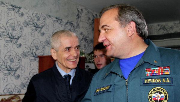 Министр МЧС Владимир Пучков и главный государственный санитарный врач РФ Геннадий Онищенко