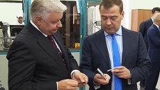 Медведеву показали, какие электронные карты заменят паспорта россиян