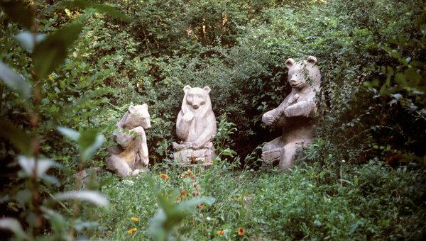 Скульптуры из дерева Семья медведей в лесопарке Берендеевка