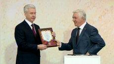 Собянин получил серебряный медальон и удостоверение мэра Москвы