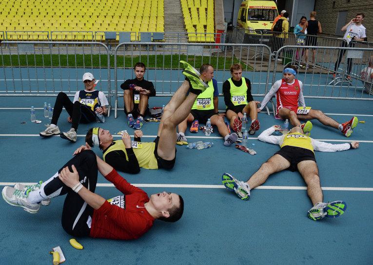Участники Московского марафона после финиша в Лужниках