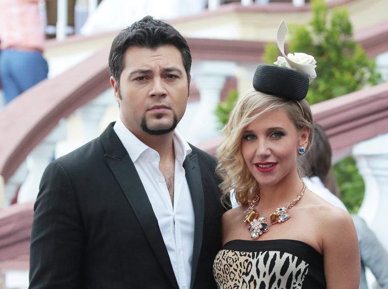 Ведущие Алексей Чумаков и Юлия Ковальчук на скачках на приз президента РФ