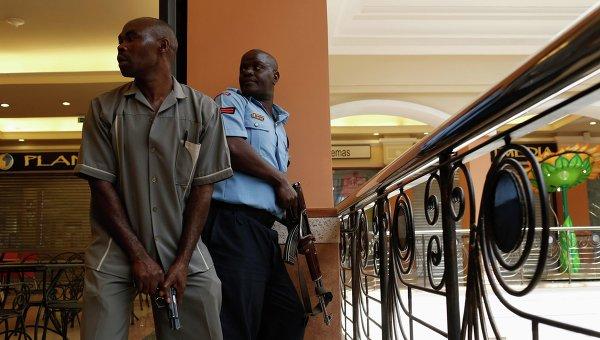 Сотрудники полиции в торговом центре в Найроби