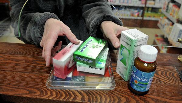 Посетительница покупает лекарственные препараты в аптеке, архивное фото