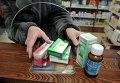 Посетительница покупает лекарственные препараты в аптеке