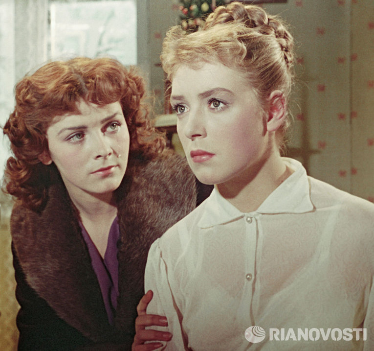 Маргарита Кошелева и Лидия Федосеева в фильме Сверстницы