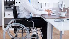 Человек с ограниченными возможностями за компьютером. Архивное фото