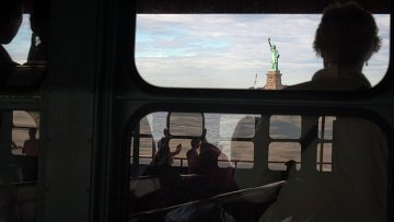 Туристы смотрят на Статую Свободы