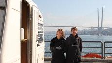 Игорь и Анна - хозяева передвижного фургона, продающего черные бургеры во Владивостоке