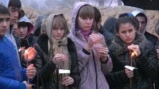 Жители Волгограда зажигали свечи под дождем во время траурного митинга
