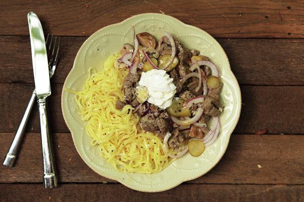Салат слоеный из печени с соленым огурцом и морковью и